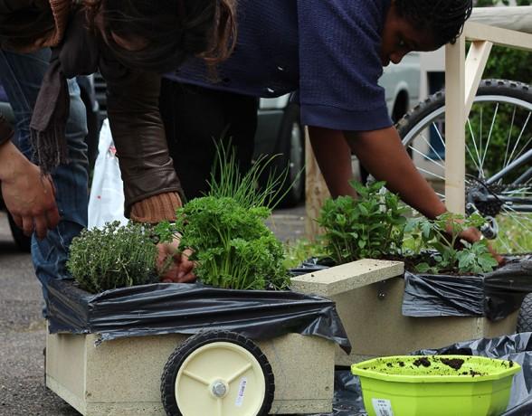 Atelier de création de jardins mobiles avec les enfants de Fontained'Ouche encadré par A4 Designers pour la Parade Métisse à Dijon
