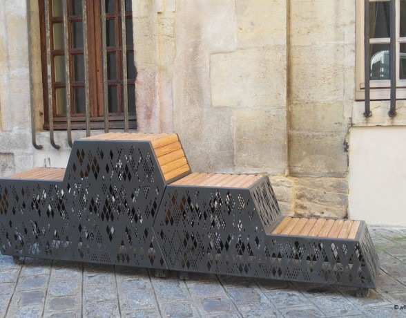Mobilier urbain inspiré du patrimoine local proposant différentes hauteurs d'assises imaginé par A4 Designers pour la rue de la chouette à Dijon;.