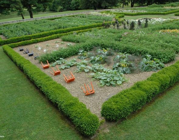 Installation accompagnée de sachets de graines de chaises à planter réalisés par A4 designers pour l'exposition Le design s'invite au jardin à Barbirey sur Ouche en 2009.