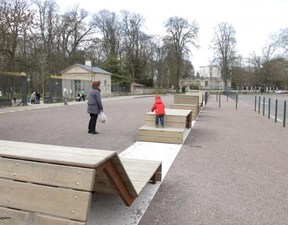 Mobilier urbain multifonction dessiné par le collectif A4 designers pour l'entrée du parc de la Colombière à Dijon